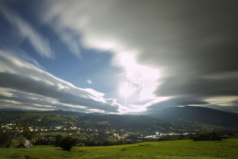 E 绿色象草的山清洁,在蓝色平衡的天空拷贝空间背景的云杉的树,明亮 库存照片