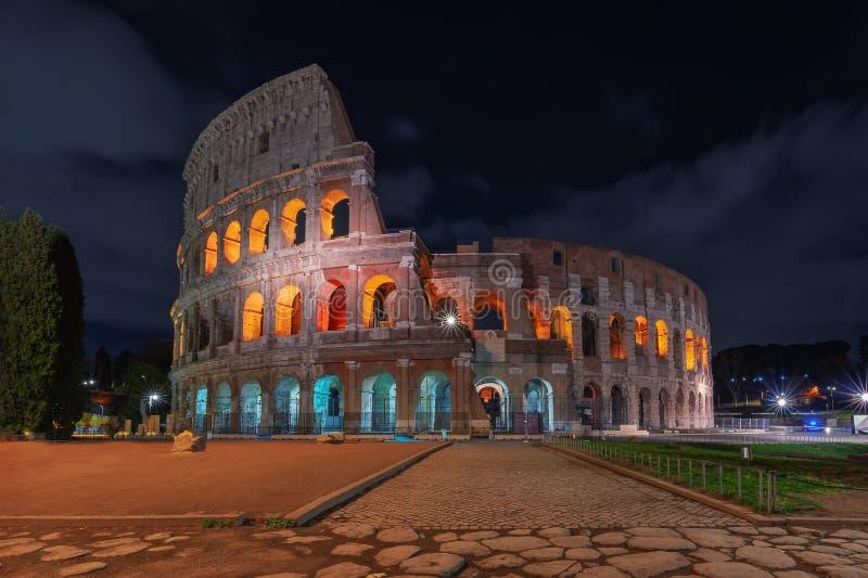 E 罗马斗兽场或大剧场在晚上 库存照片