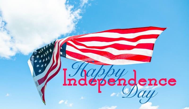 E 美国国旗在天空蔚蓝背景中 库存图片