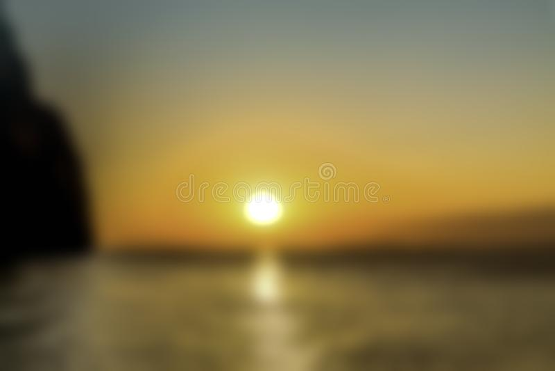 E 美好的金黄日落 在水反映的太阳道路 蓝色黑暗的天空 库存照片