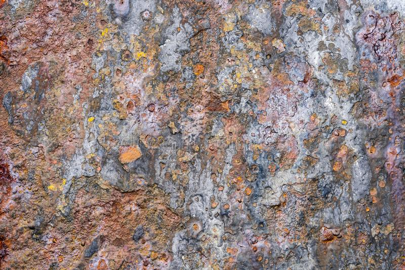 E 老破旧的生锈的金属墙壁 破旧,破裂的葡萄酒油漆 E 图库摄影