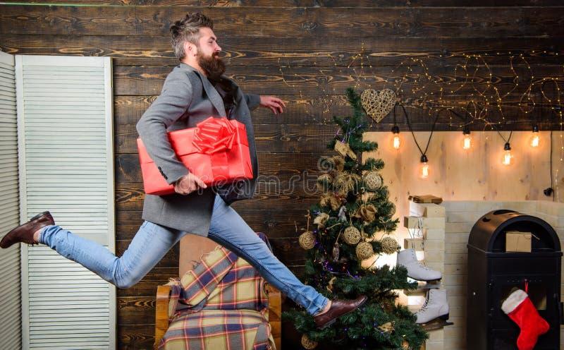 E 被传播的幸福和喜悦 行动跃迁的有胡子的人 交付圣诞节 免版税库存图片