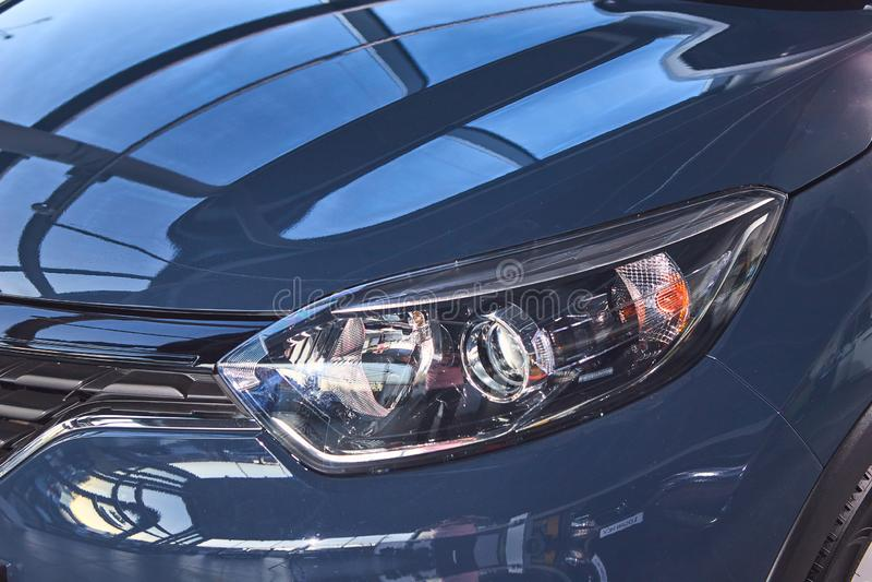 E 雷诺Captur -新的模型汽车介绍在陈列室里-车灯 库存图片