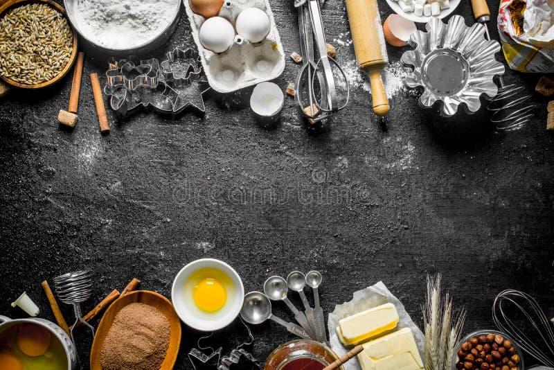 E 面粉用可可粉、鸡蛋和面团的烘烤的形式 库存图片