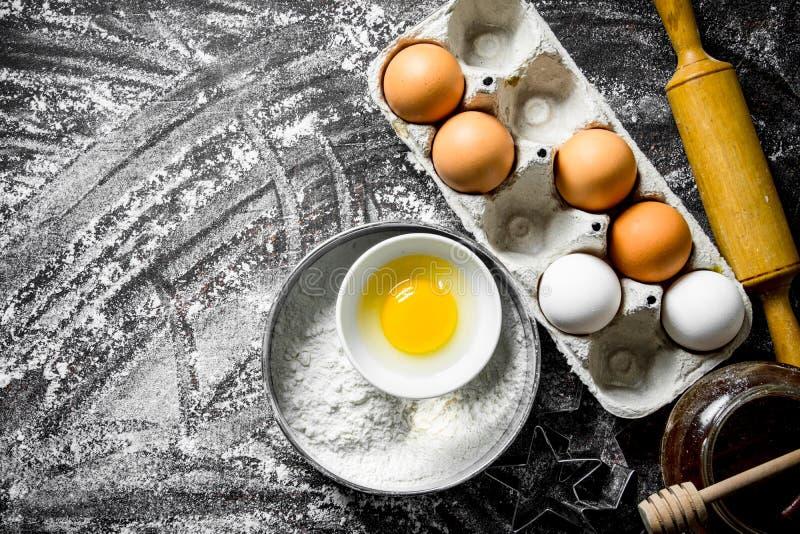 E 面粉用蜂蜜和鸡蛋 库存图片