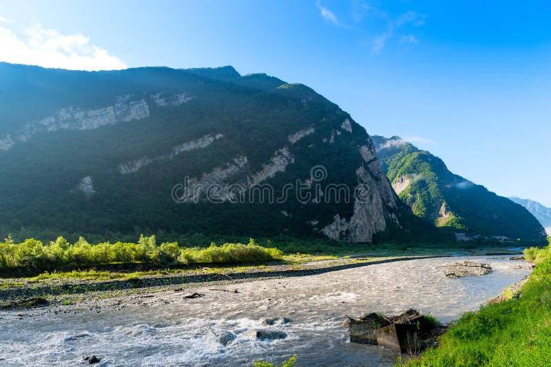 E 高加索的山的快速的山河 免版税图库摄影