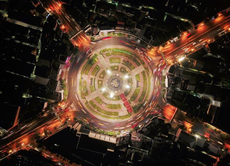 E 高速公路连接点鸟瞰图  路塑造在建筑学和技术运输的圈子 图库摄影