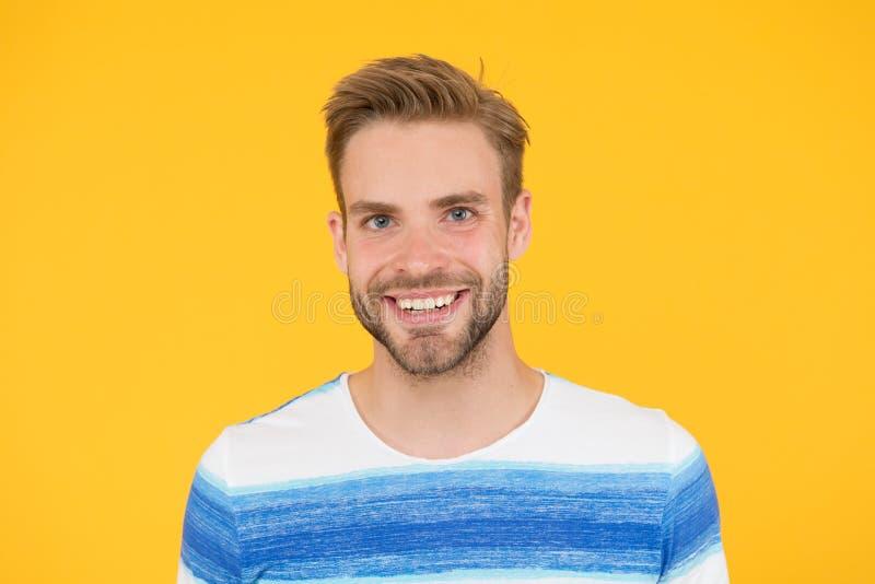 E 黄色背景的愉快的人 有胡子人微笑 有髭的人和刮胡须愉快的面孔 免版税库存照片