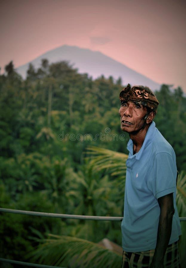 Балинец обеспокоен горой Агунг стоковое изображение