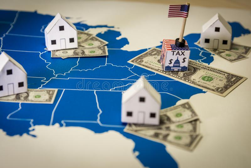 Семейные дома с долларовыми векселями и центральным налогом на правительство по карте США стоковые фото