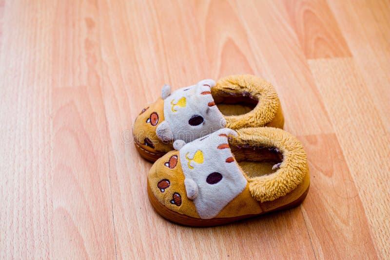 Детские туфли на полу стоковое изображение