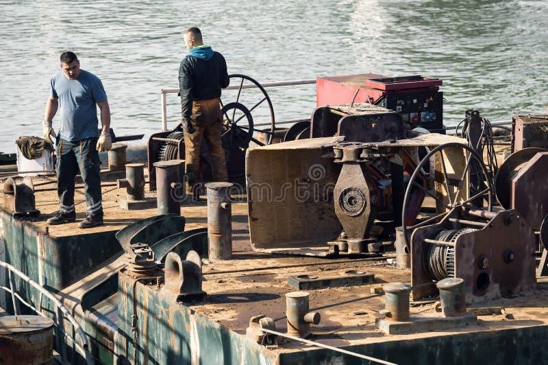 Работники баржи на реке стоковое фото
