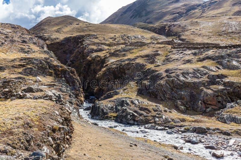 Старая деревня над горным речным каньоном Кордильера Вильканота, Перу стоковое фото