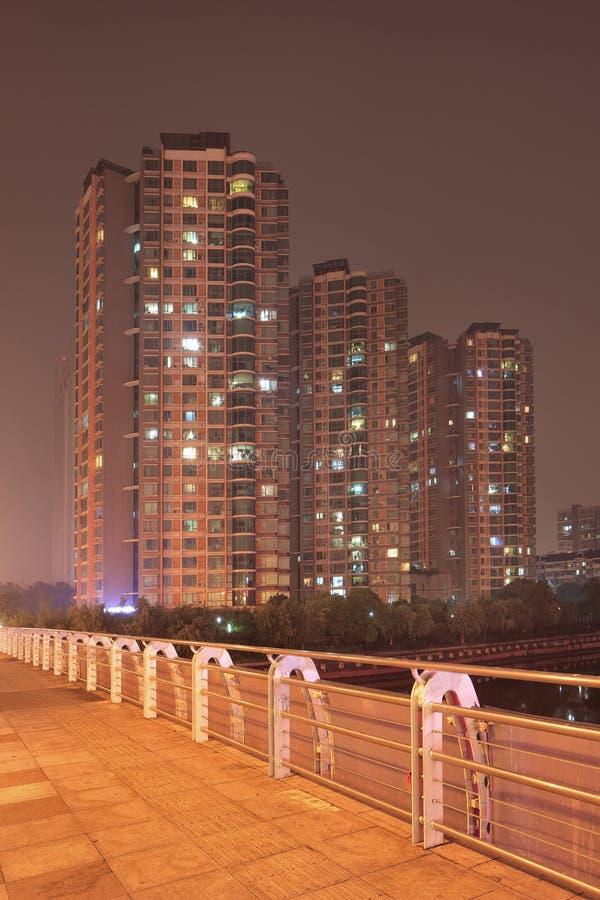 Ночная сцена с многоквартирным зданием, видимым с моста, Наньцзин, Китай стоковое фото