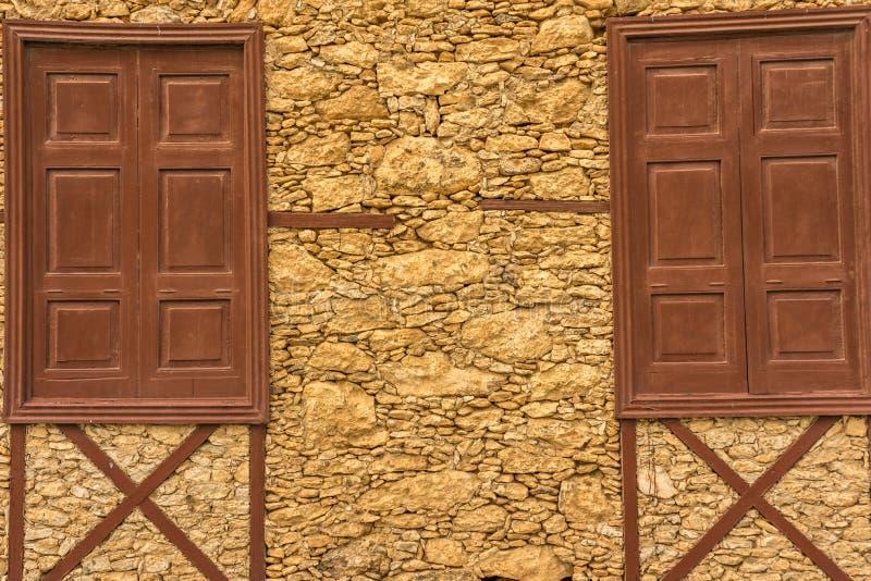 Дом лавы-рок и деревянных окон стоковое фото