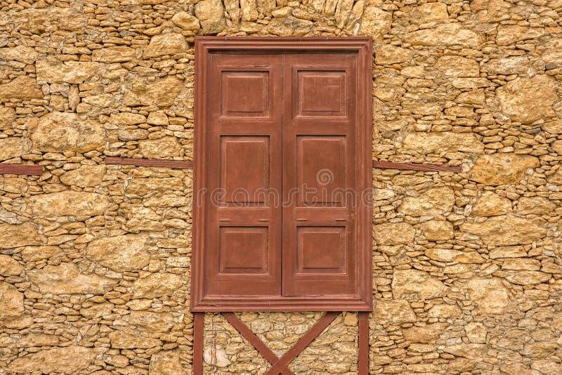 Дом лавы-рок и деревянных окон стоковое изображение