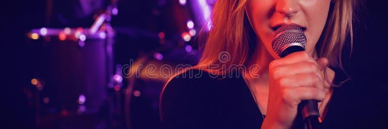 Портрет певицы-женщины, выступающей с барабанщиком-мужчиной стоковые фото