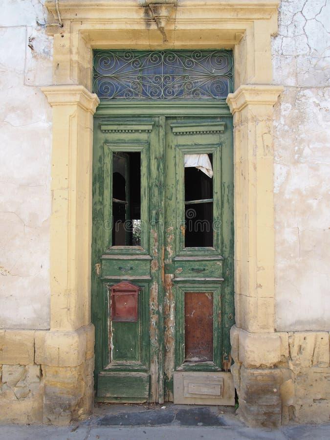 Разбитые старые двойные зеленые двери с ржавым ящиком в заброшенном заброшенном заброшенном доме с разбитыми окнами и выцветшей г стоковое изображение rf