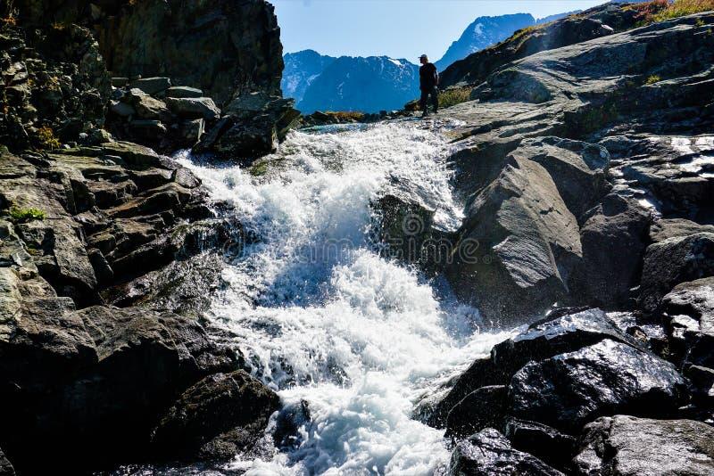 Вода между большими скалами в горах стоковые фотографии rf