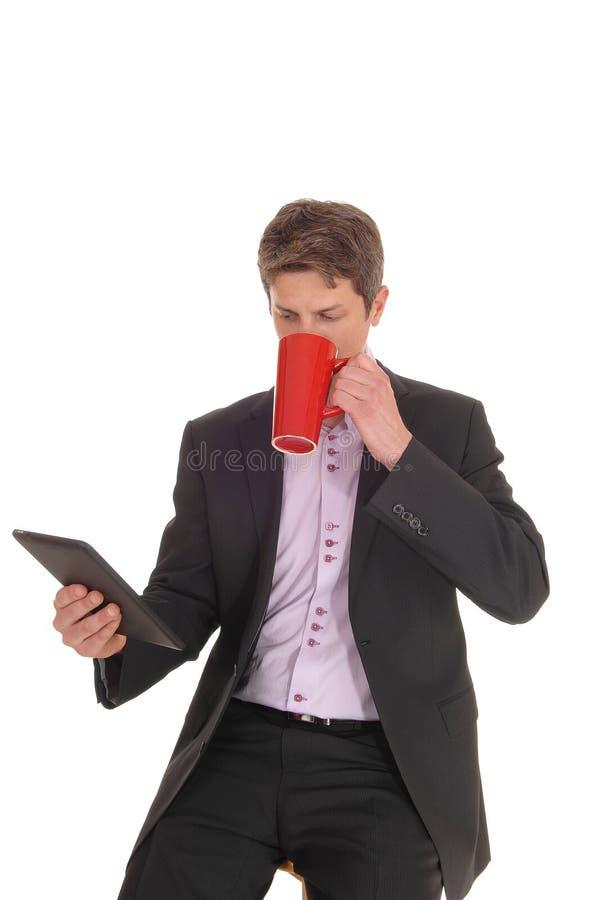 Бизнесмен пьет кофе в костюме стоковое изображение rf