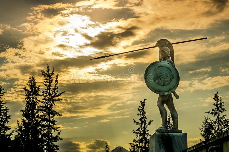 Статуя Леонидаса, под драматическим облачным пейзажем на закате, Термопилай, Греция стоковое фото rf
