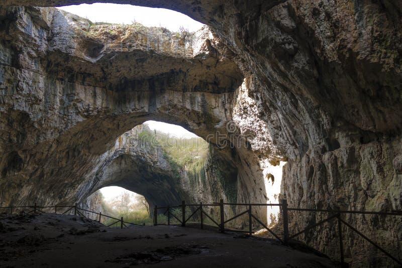 Большая пещера с верхними отверстиями стоковые изображения rf