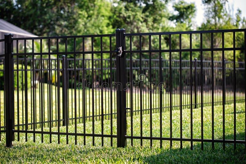 Блэк-алюминиевый забор Двойного Гейтса стоковые изображения rf