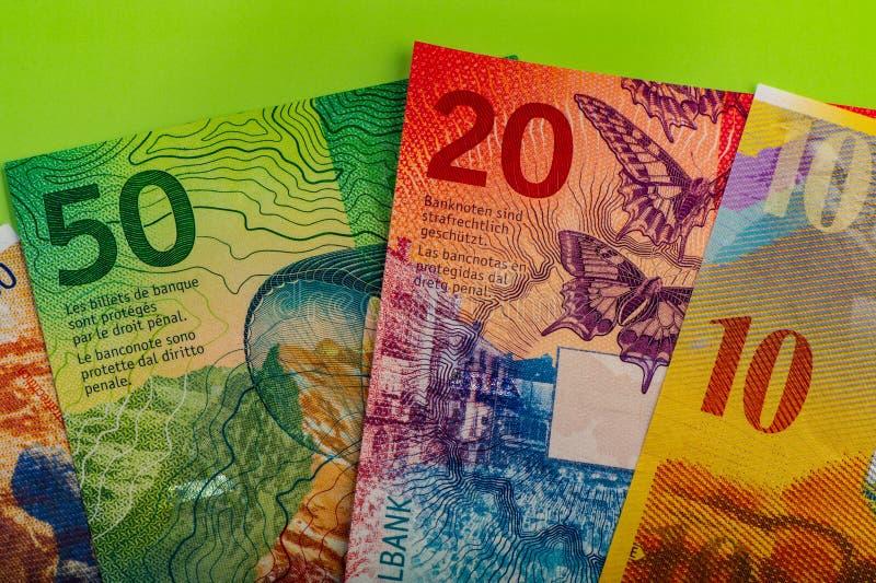 швейцарские банкноты - пятьдесят, десять, двадцать франков и блокнот стоковые фото