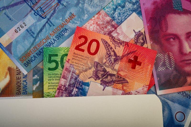 швейцарские банкноты - пятьдесят, десять, двадцать франков и блокнот стоковая фотография rf