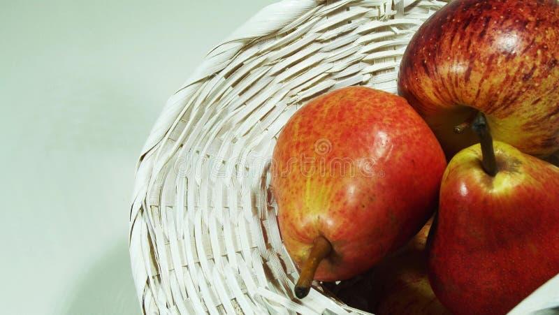 Красные яблоки и груши стоковые фото