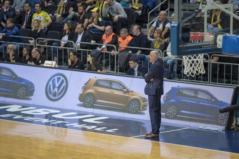 Стамбул/Турция - 20 марта 2018 г.: Зелько Обрадович, сербский профессиональный тренер по баскетболу в Фенербахче стоковое фото rf