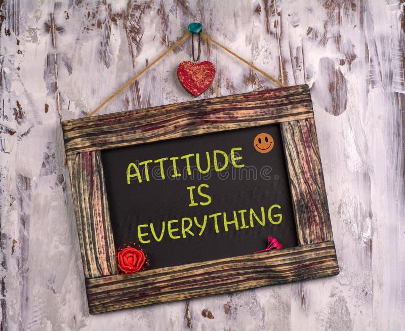 Аттитюда - это все, что написано на доске объявлений Vintage стоковая фотография rf