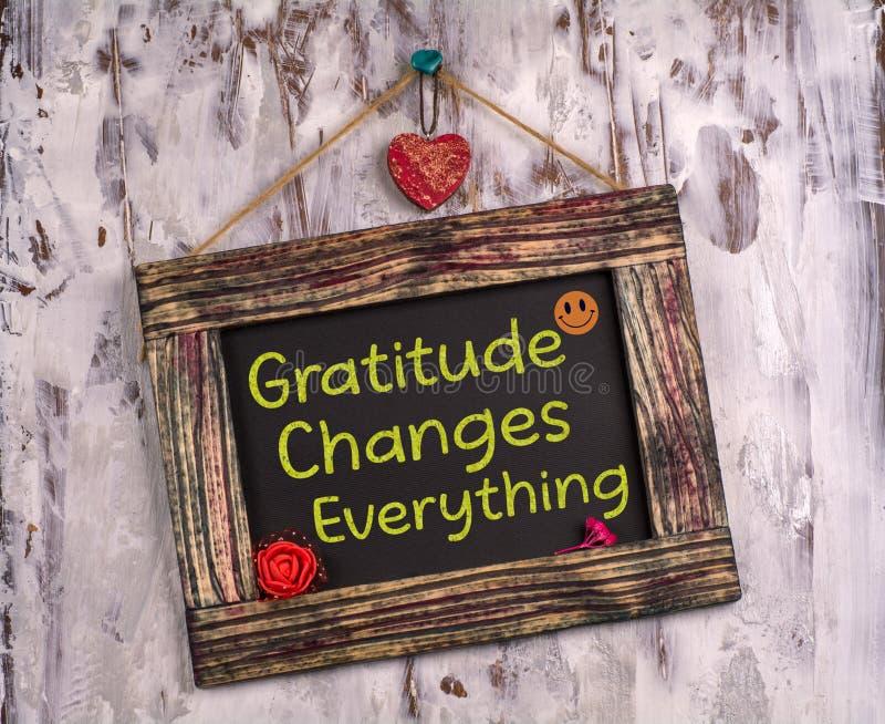 Благодарность меняет все, что написано на доске объявлений Vintage стоковое фото rf