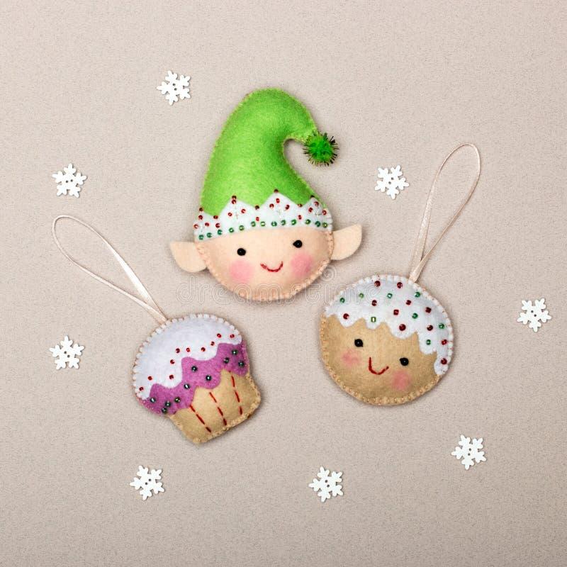 Комплект произведенных вручную рождественских украшений, изготовленных из войлока на бежевом фоне стоковые изображения