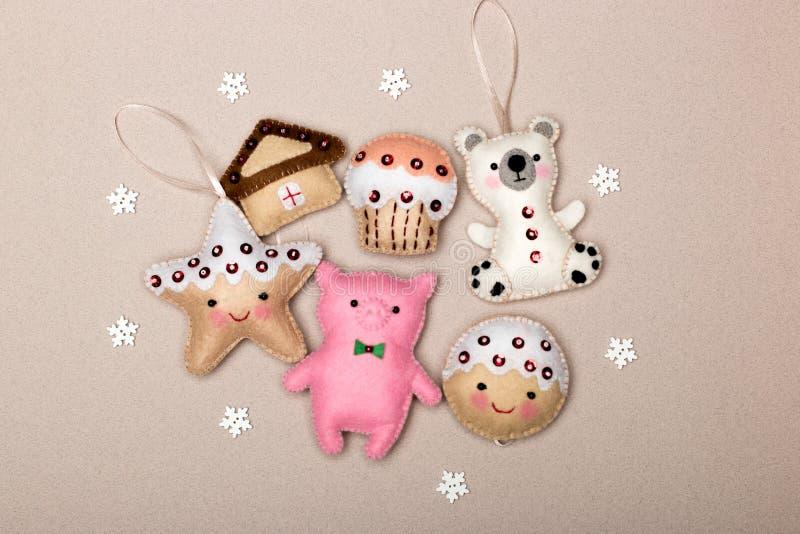 Комплект из шести рождественских украшений, изготовленных вручную стоковые изображения