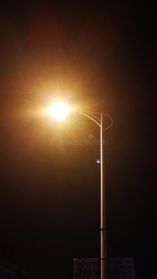 路灯到底在晚上 库存图片