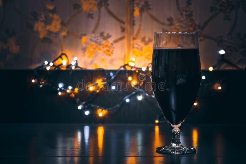 杯黑啤酒 免版税库存图片