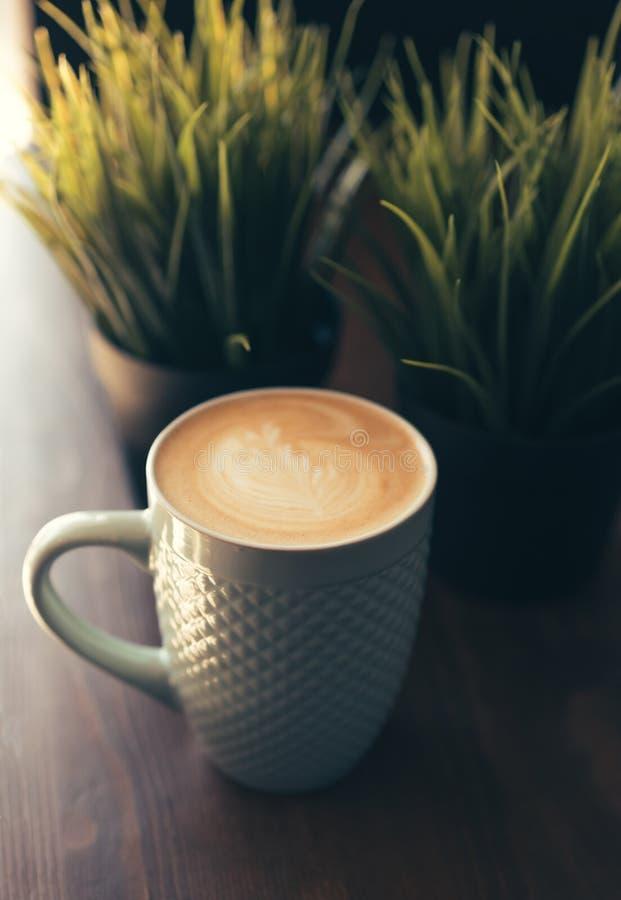 有热奶咖啡的杯子 库存图片
