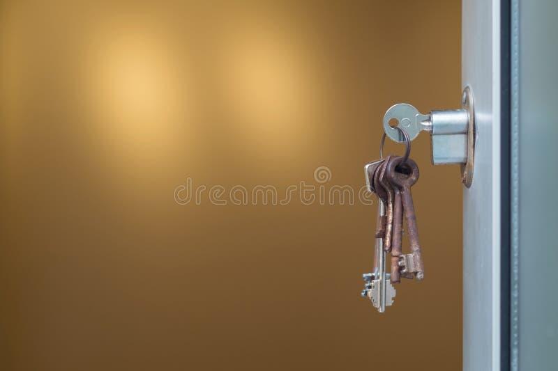在匙孔的钥匙 免版税图库摄影