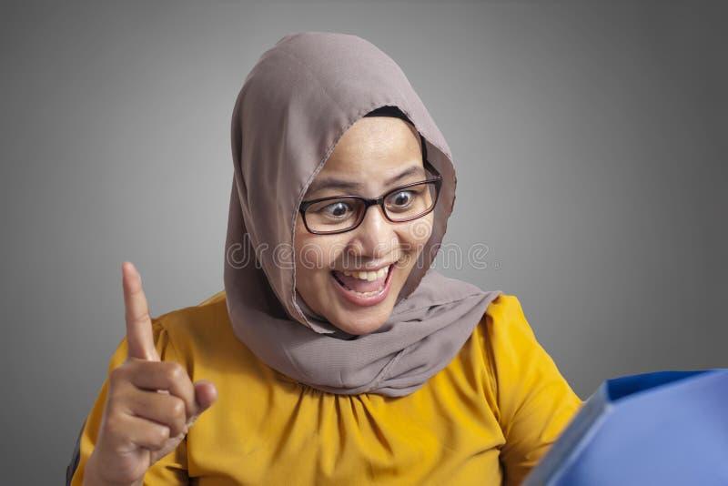Мусульманская деятельность на ноутбуке на офисе, думая жест коммерсантки стоковое фото