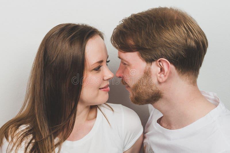 面对的愉快的夫妇 免版税图库摄影
