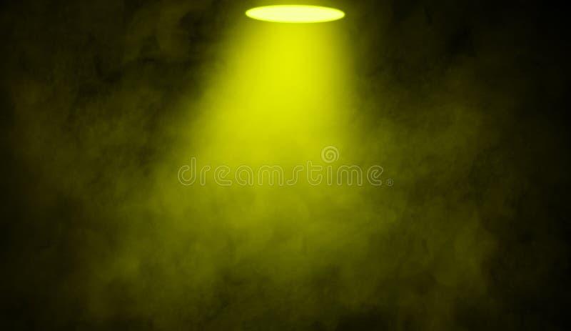 E Этап фары с дымом на поле Изолированная текстура предпосылки стоковые фотографии rf