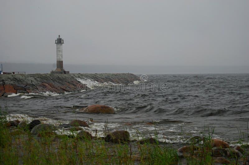 偏僻的灯塔在海 库存图片