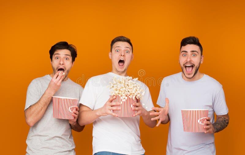 吃玉米花和观看可怕电影的震惊人 图库摄影