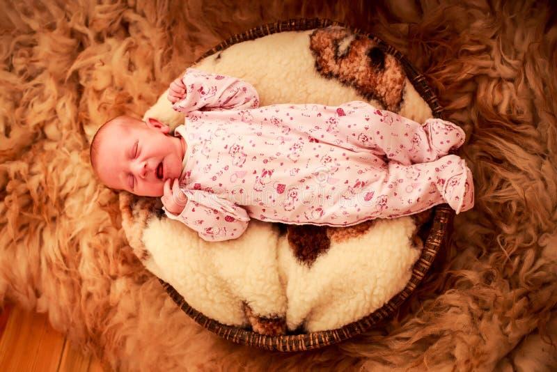 Download E 库存图片. 图片 包括有 删去的, 健康, 女性, 枕头, 特写镜头, 包括, 放松, 啼声, 婴儿 - 59107345