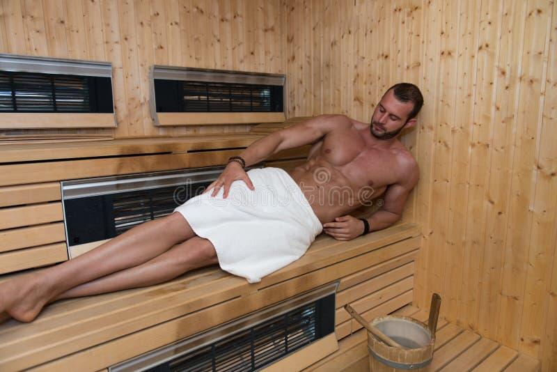 Download E 库存图片. 图片 包括有 适应, 强壮男子, 浴室防滑垫, 白种人, 生活方式, 撤退, 性感, 人们 - 62537533