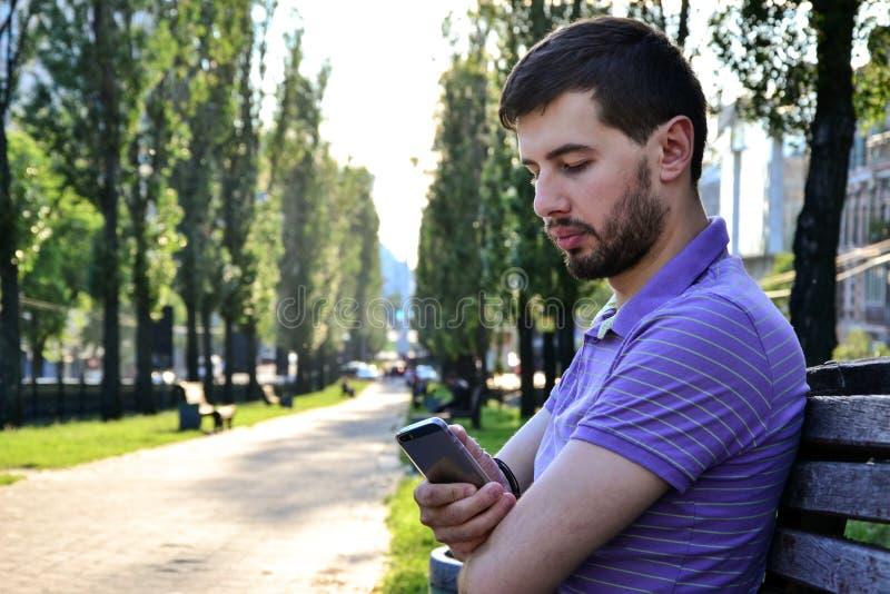 Download E 库存图片. 图片 包括有 蜂窝电话, 技术, 平均, 白种人, 商业, 情感, 长凳, 发茬, 严重 - 72369841
