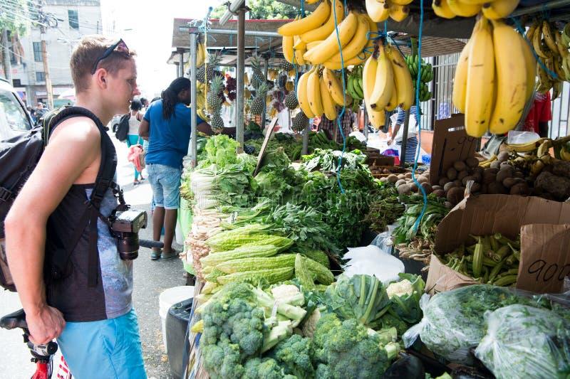 Download E foto editorial. Imagem de homem, turista, fruta, compras - 80100871