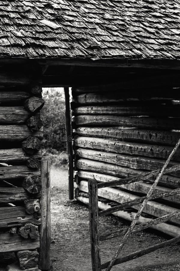 Старый деревянный сарай и ворота на закате стоковое изображение