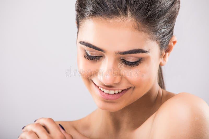 Красиво женское лицо с улыбкой, белое лицо, закрывая портрет молодой студии на сером стоковая фотография rf